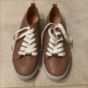 New Guess women's faux leather shoe